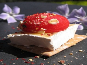 Esfera de morango em queijo Brie